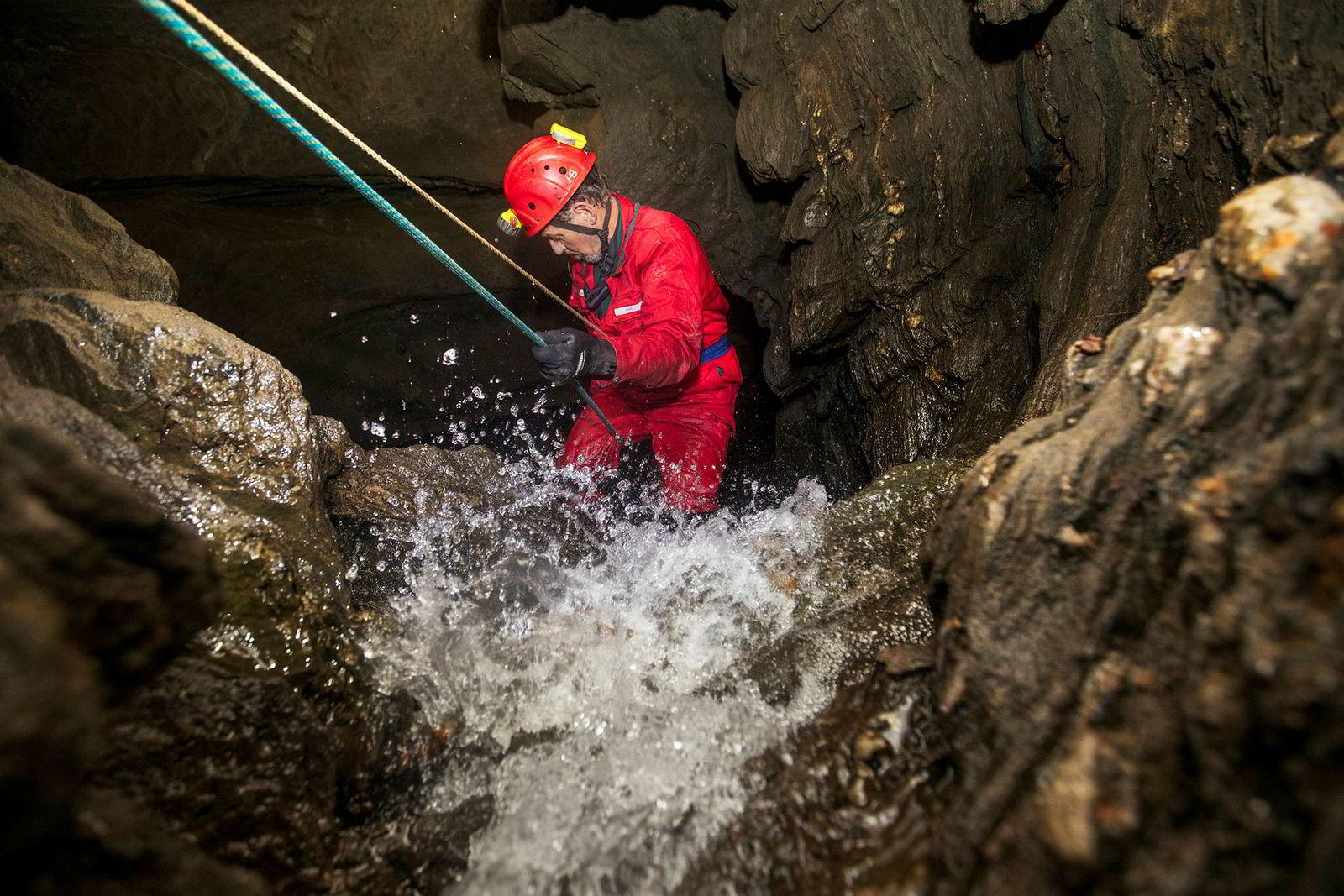 Med en sikkerhetsline fra 1960 rappellerer 78 år gamle David St. Pierre ned fossen i hulen ved navn Satisfaction, som han og kona oppdaget i 1963.