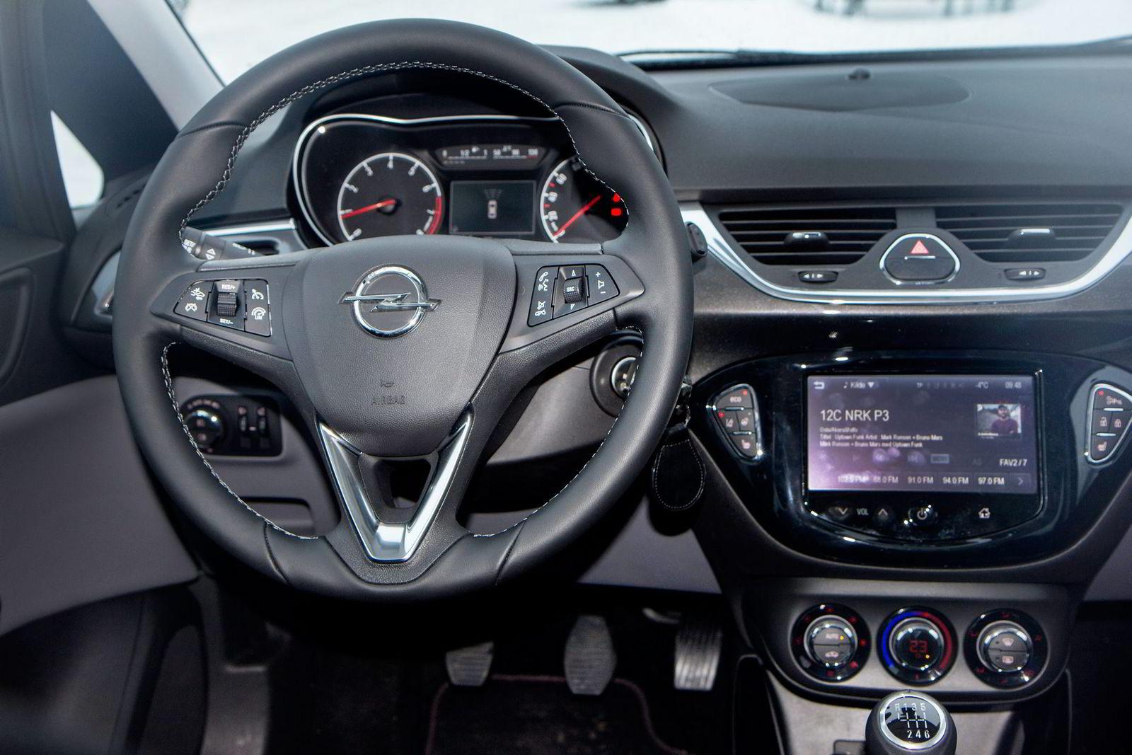 Førermiljøet i nye Opel Corsa er enkelt, velfungerende og solid.