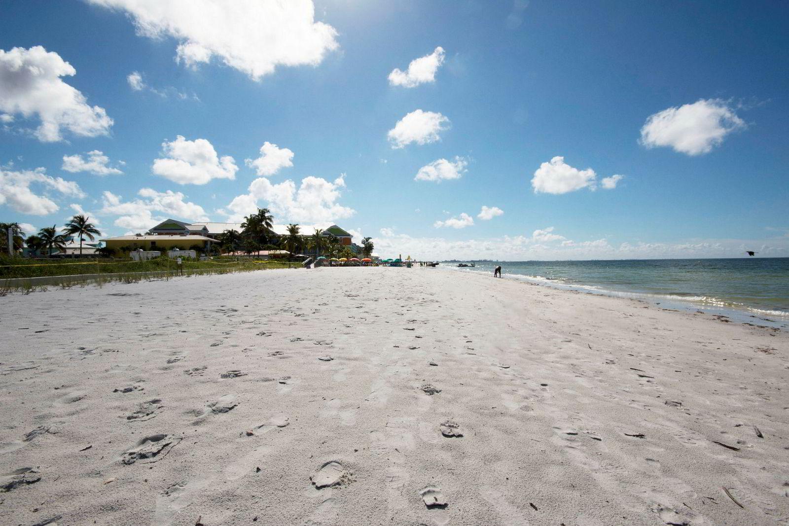 Strendene i Fort Myers i Florida er nesten tomme etter algeinvasjon.