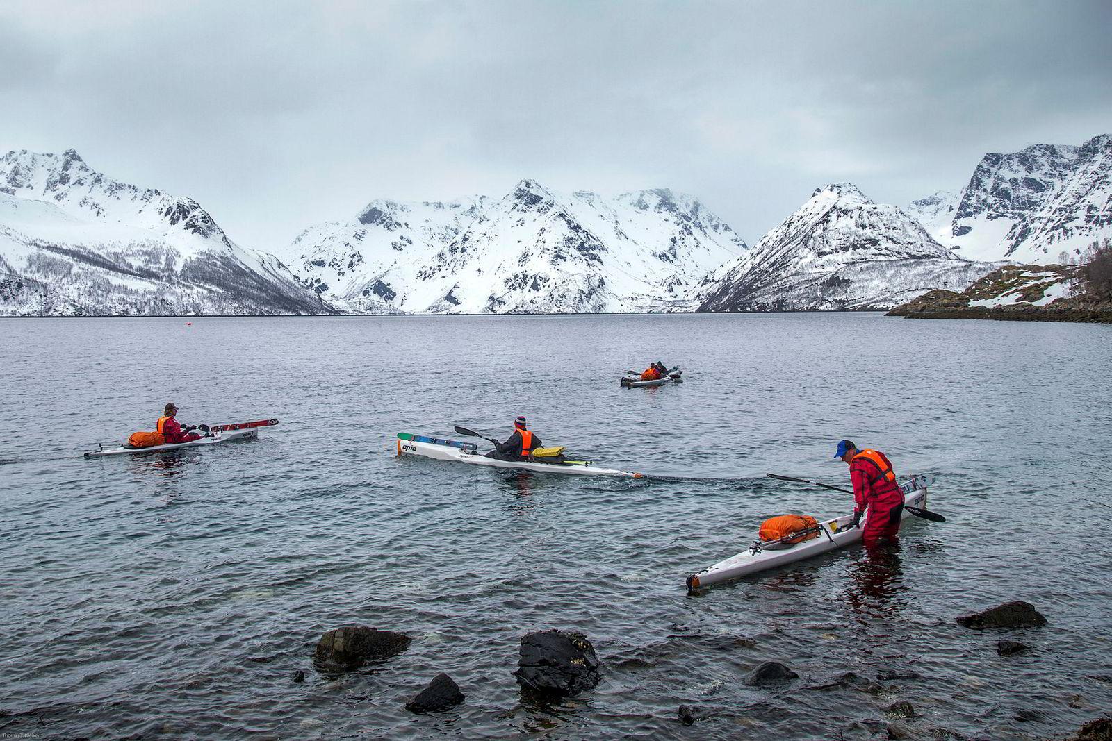 Selv om kalenderen viser mai er Finnmark nyduppet i puddersnø. Christoph Duckart, Fred Buttard, Danielle Travers, Erik Wallgren og Tore Karlstrøm gjør seg klar til å padle over Øksfjorden. Urørte toppturfjell venter på andre siden.