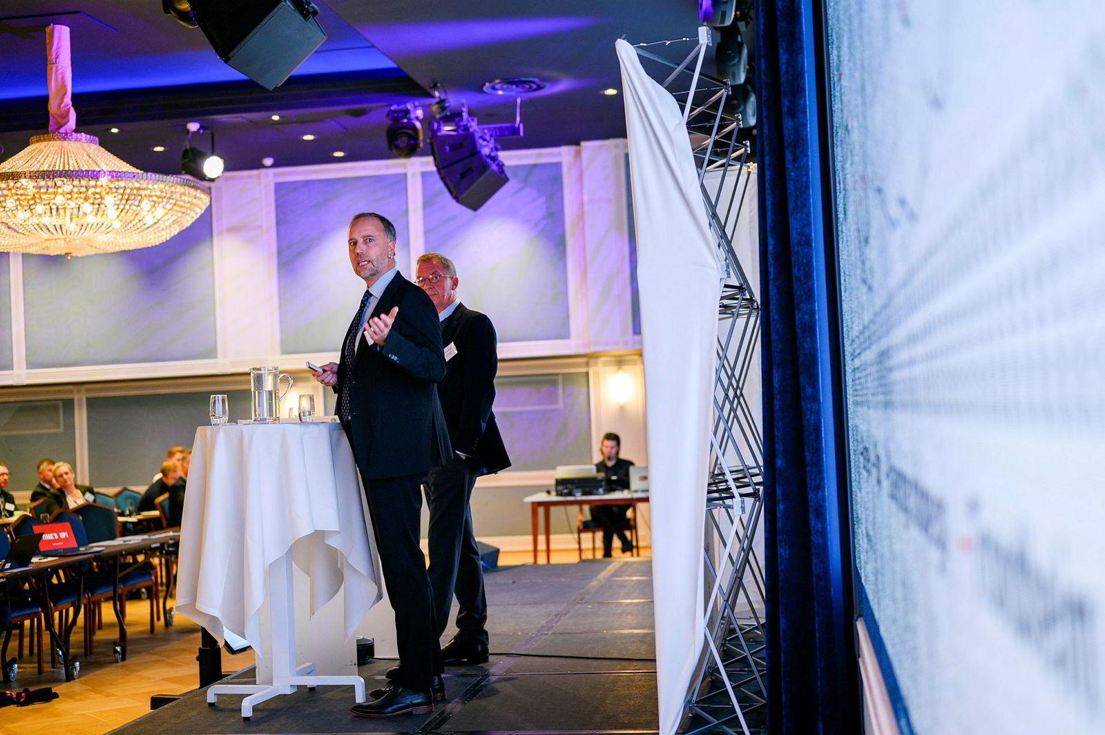 Christian Vammervold Dreyer (foran) i Eiendom Norge og administrerende direktør Idar Kreutzer i Finans Norge på Finans Norges boligkonferanse 2019.