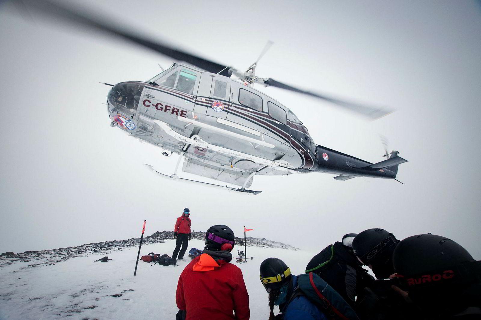 Helikopteret tar skituristene opp på 3000 meter høyde i Revelstoke i Canada. På en dag med overskyet vær starter skituren ned fjellet lavere, og på ett minutt er helikopteret vekk.