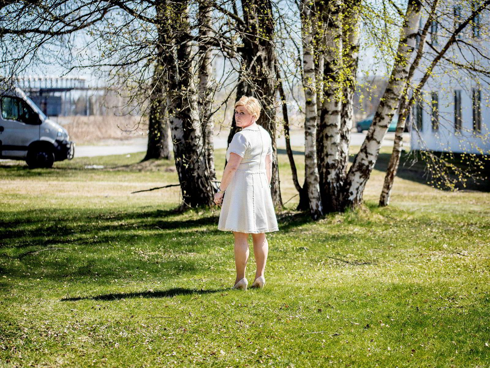 Frp-leder og finansminister Siv Jensen strekker på bena i vårsolen før hun skal åpne Frps landsmøte. Inne i salen ble hun møtt med ett minutts stående applaus fra et parti som virket fornøyd med livet i regjering.