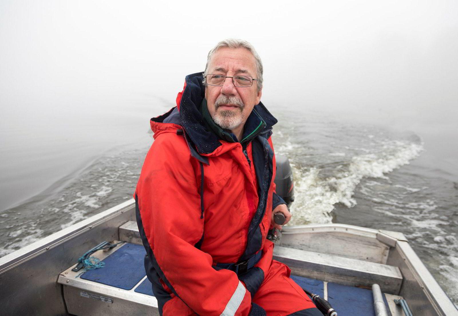 Trener Ernie Clark kommer opprinnelig fra Aberdeen i Skottland. For å henge med gutta under deres treningsøkt manøvrer han en liten aluminiumsbåt med påhengsmotor rundt på Bogstadvannet.