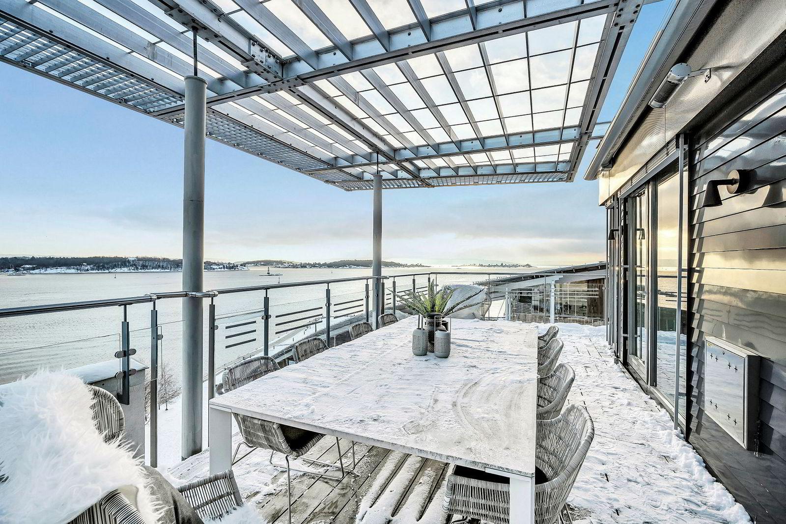 Ifølge prospektet har leiligheten «Panoramautsikt i flere retninger fra leiligheten mot sjøen, båthavnen, Akershus samt deler av Tjuvholmen og Aker Brygge.»
