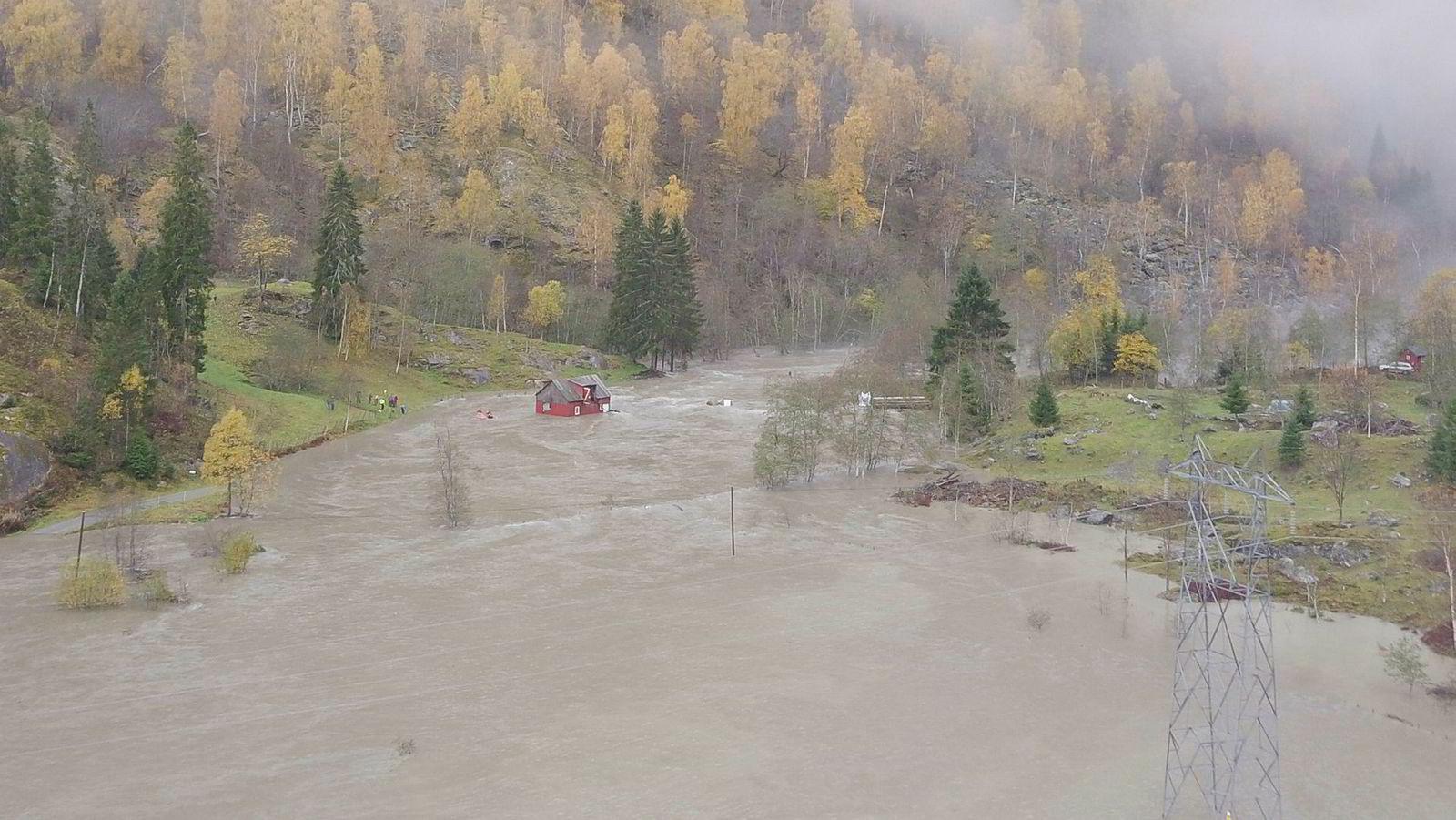 Et fjøs med 13 gjeiter er blitt skylt 50 meter ned elva av vannmassene i Luster i Sogn og Fjordane.