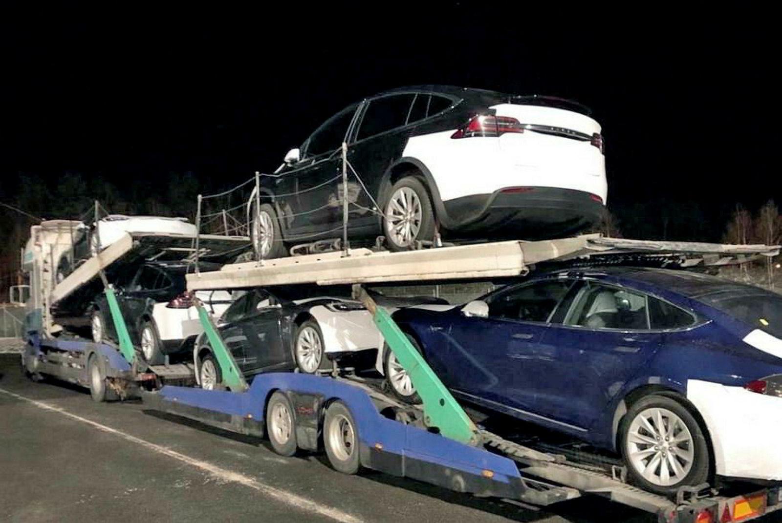 Denne biltransporten med nye Teslaer ble stoppet på Svinesund 19. mars. Transporten fikk kjøreforbud på grunn av løst påbygg, utslitt hengerfeste og bremsefeil.