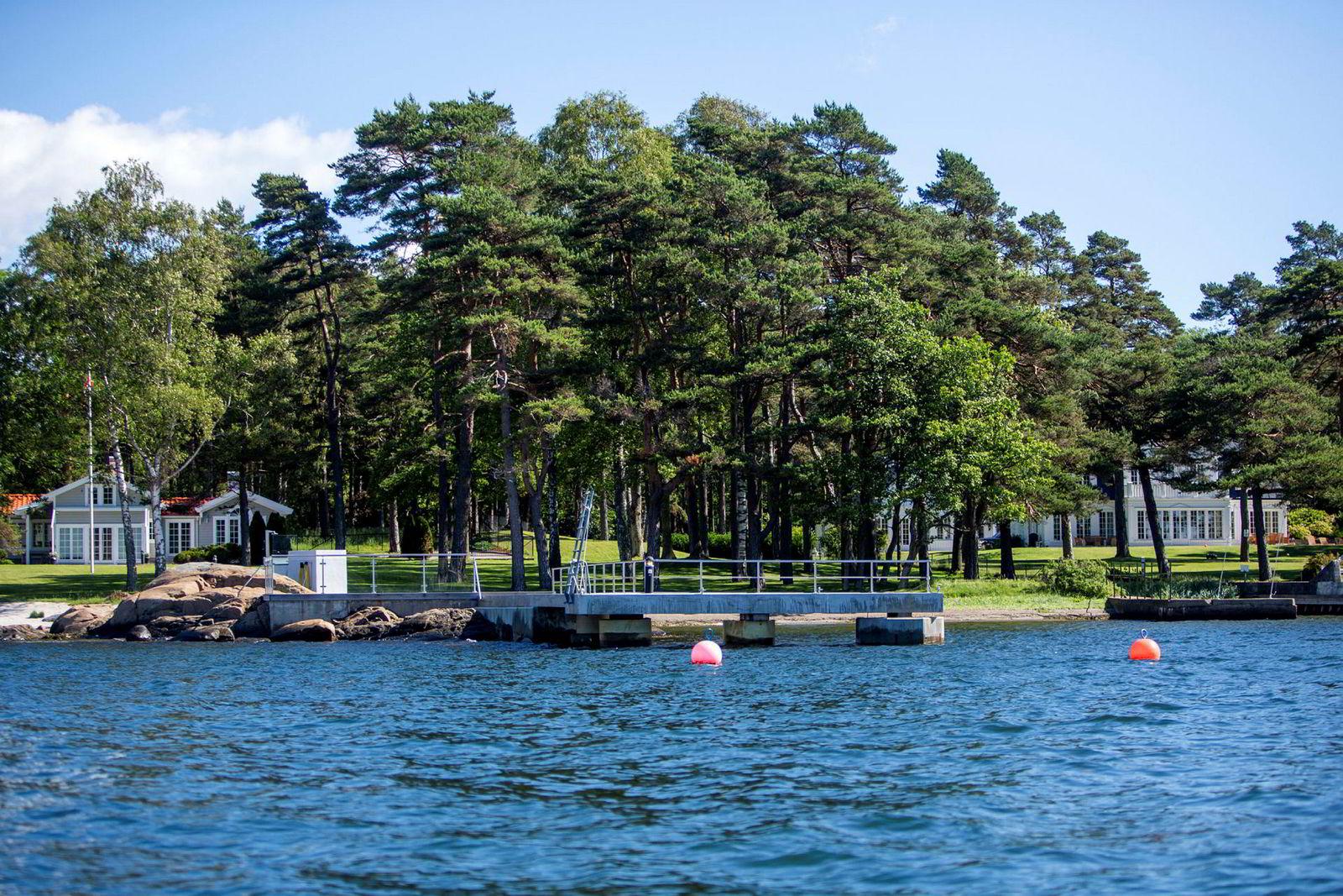 Brian Ole Jepsens nye hytte på Vesterøya i Sandefjord ligger til venstre i bildet. Eiendommen han kjøpte i 2007 ligger til høyre.