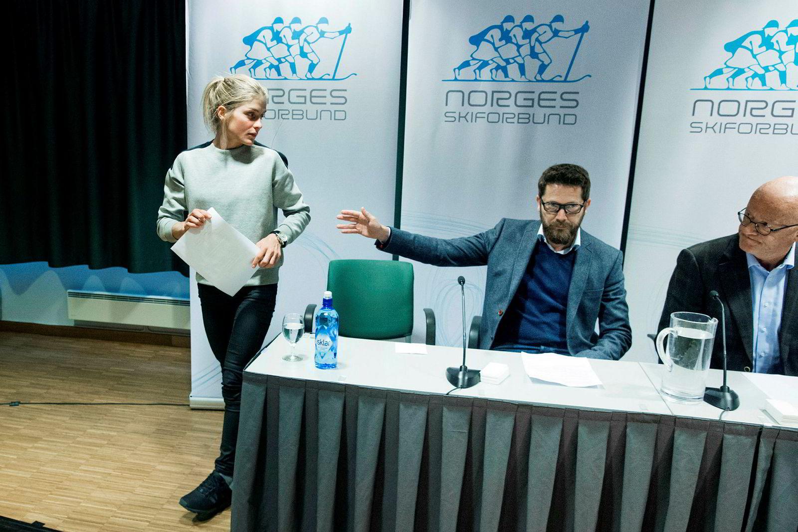Therese Johaug rett etter pressekonferansen der den positive dopingprøven ble offentliggjort i oktober, på Ullevaal stadion. Her sammen med lege Fredrik Bendiksen (til høyre) og Norges Skiforbunds kommunikasjonssjef Espen Graff.