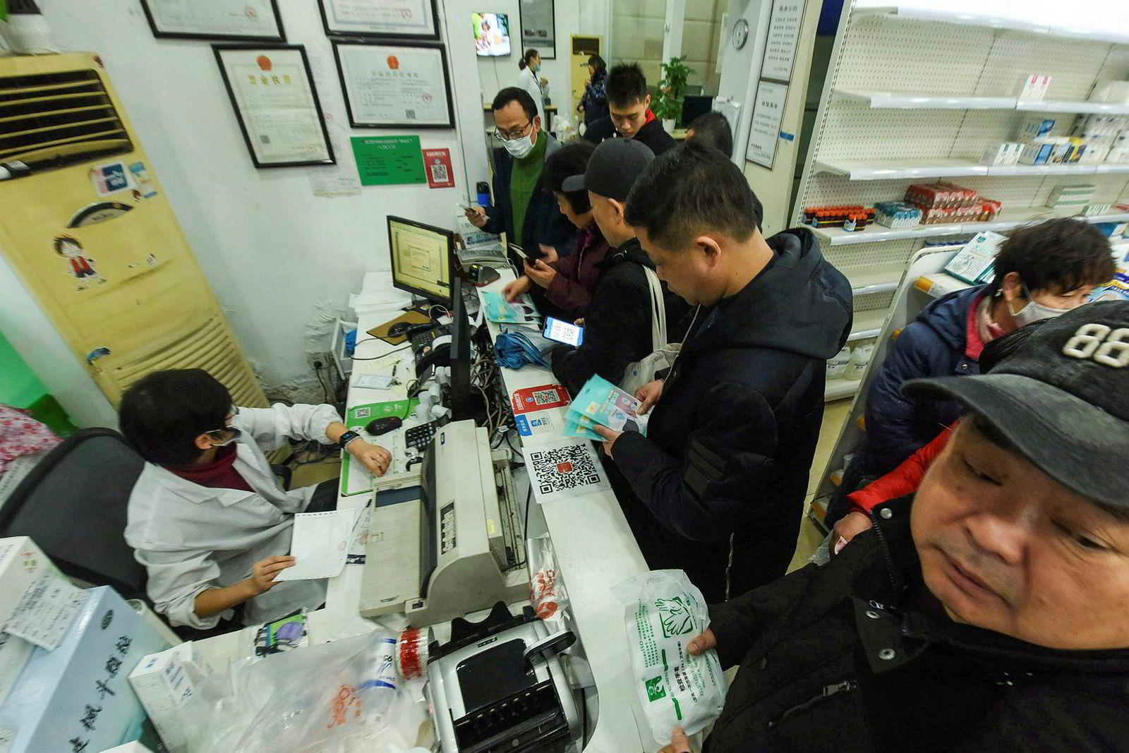 Det begynner å gå tomt for beskyttelsesmasker og medisiner ved apoteker i Wuhan. Millionbyen er blitt tvangsisolert i håp om å redusere spredning av coronaviruset. Det er meldt om nesten 600 smittede og 17 dødsfall.
