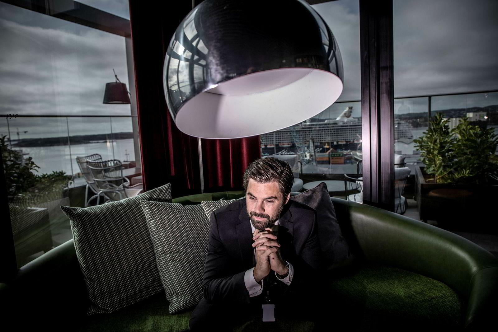 Hotelldirektør Erik Riis Jacobsen ved Radisson Blu Caledonien Hotel i Kristiansand sier det har gått fra vondt til verre i lavsesongen på vinteren grunnet både flere hotellrom og færre gjester.