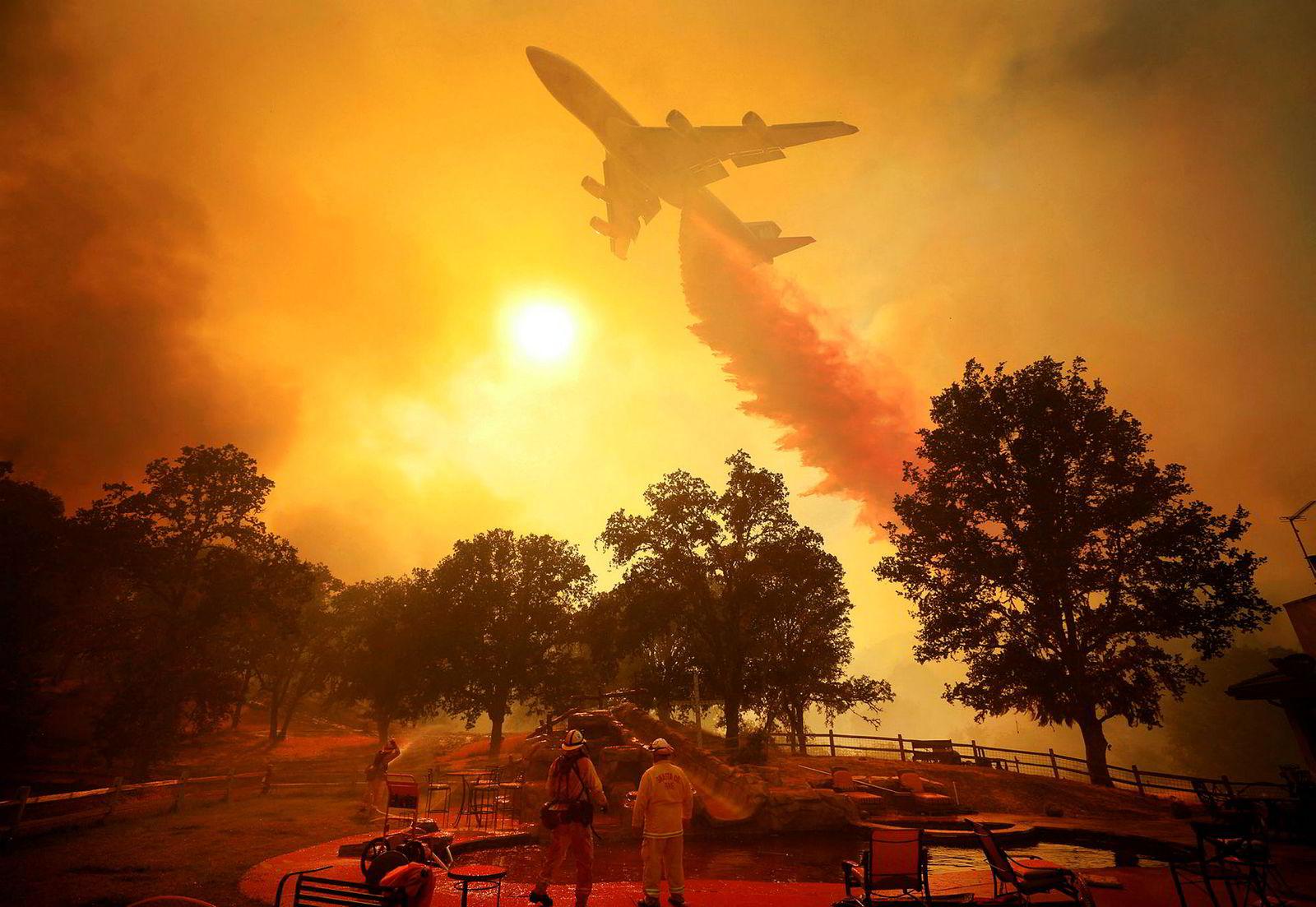 Et fly slipper flammehemmende pulver over en av skogbrannene. Pulveret er ment for å sakke brannens utvikling slik at brannmannskapene får mer tid til å slukke brannen. Vann er hovedingrediensen i blandingen som blant annet består av gummi- eller leire-lignende stoff for å gjøre væsken til et «teppe», og for å forhindre fordamping. Fargen kommer fra rust, som tilsettes for at brannmannskap skal kunne se hvilke områder som er blitt behandlet.