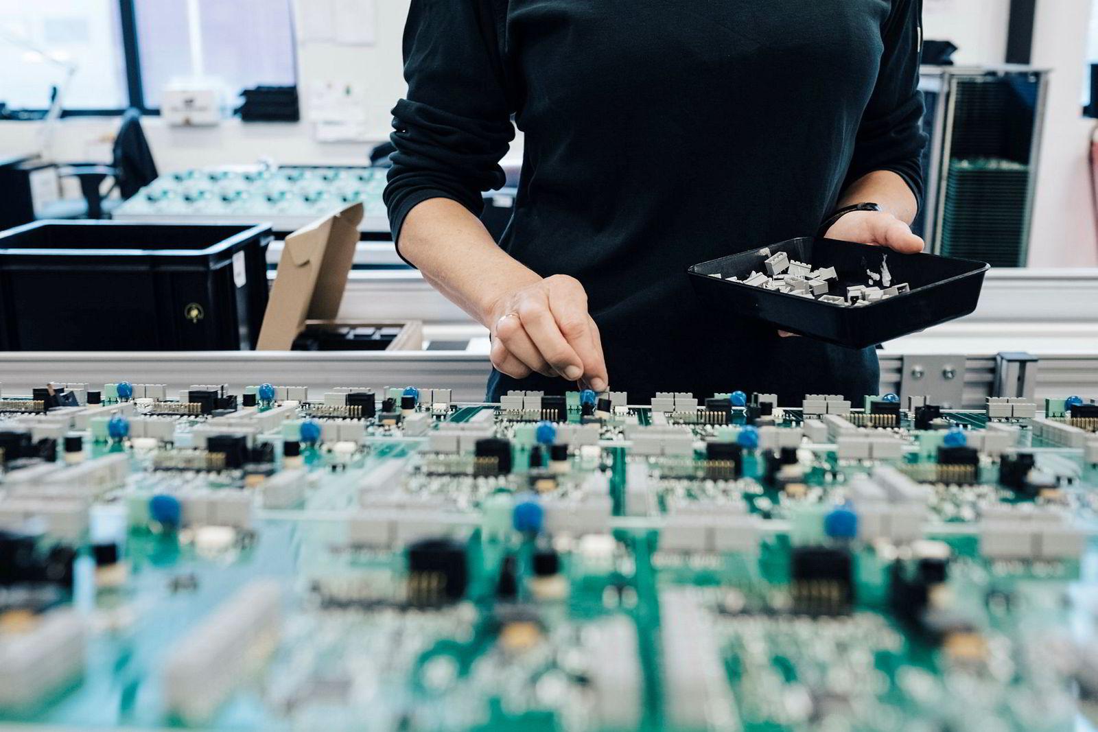 Selv om store deler av produksjonen er robotisert, foregår ennå noe manuell montering hos Westcontrol, her ved Margareth Ravnås.