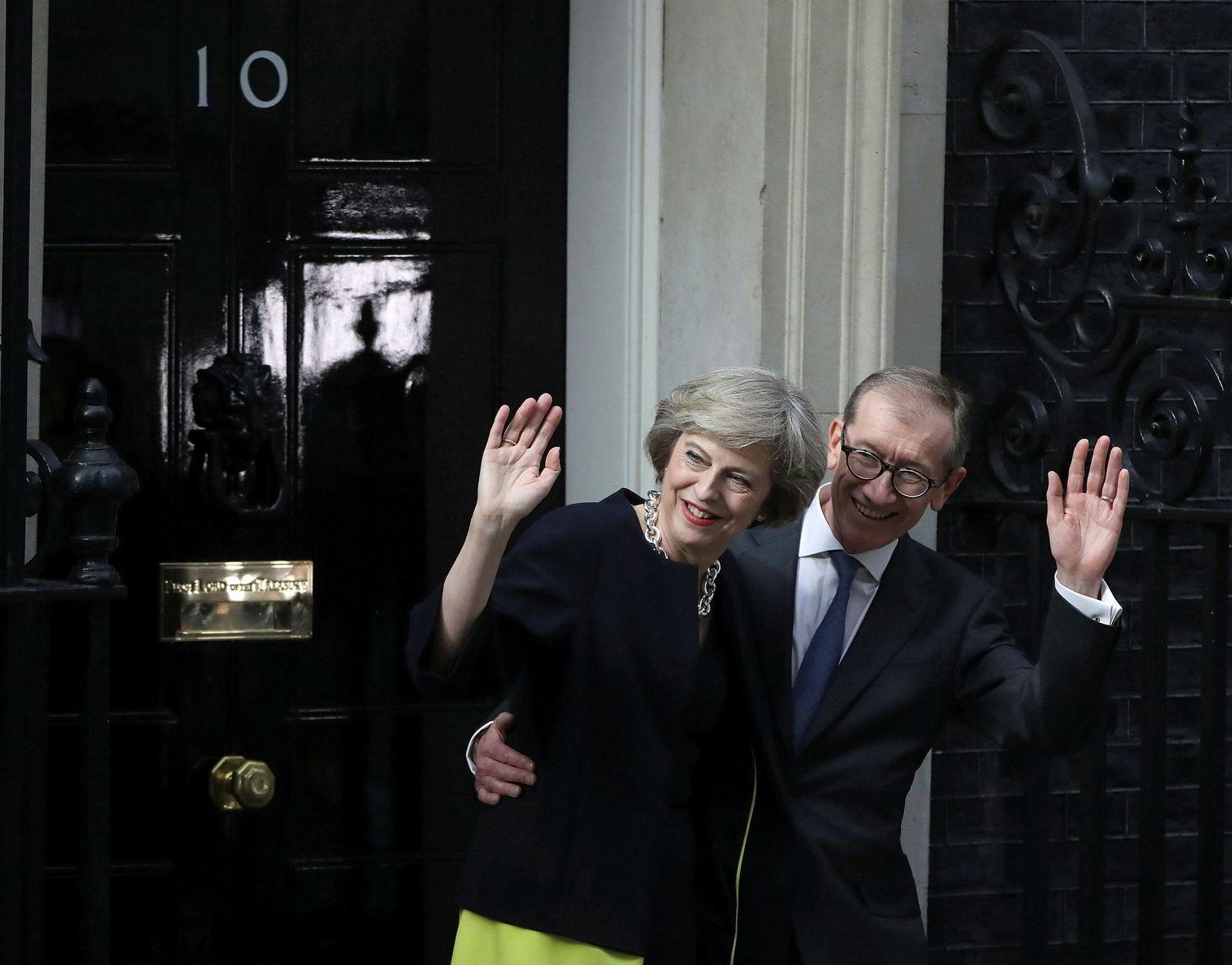 13. juli 2016: Etter at David Cameron gikk av som statsminister, ble tidligere innenriksminister Theresa May utnevnt som hans etterfølger. May sto på Camerons side og stemte for å bli værende i EU. Her hilste hun på folket utenfor statsministerboligen i Downing Street 10 sammen med ektemannen Philip May.