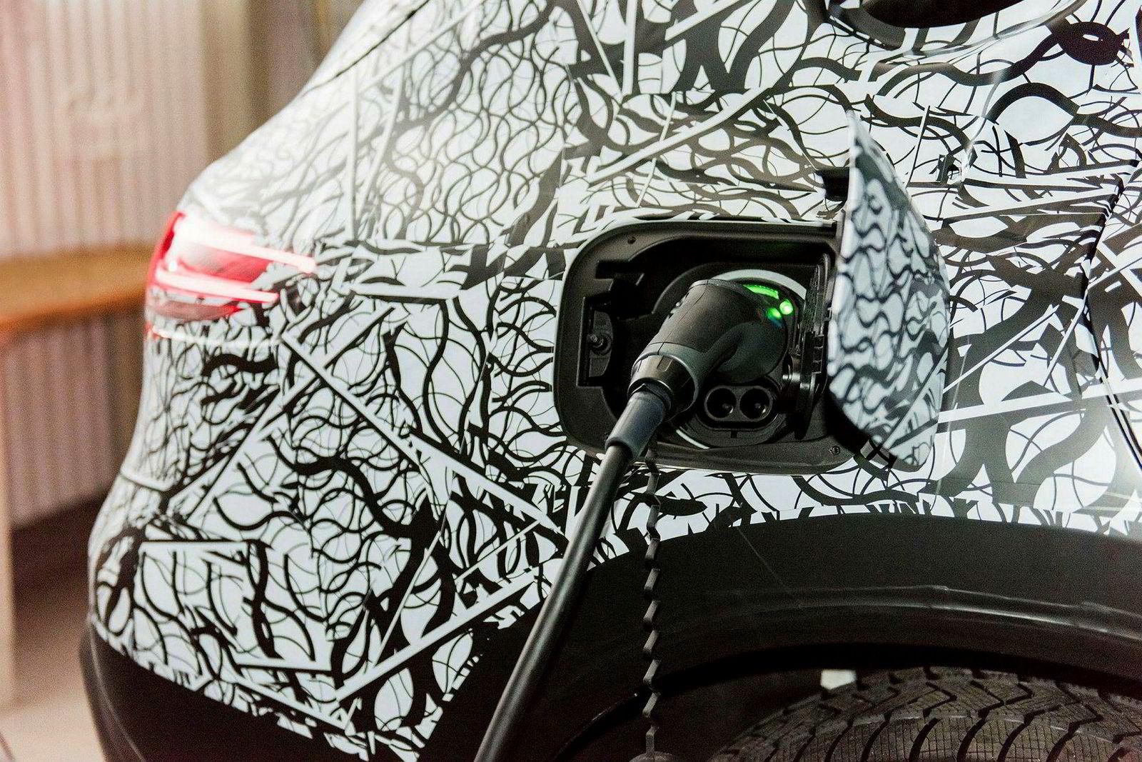 Ladehastighet er ennå ikke opplyst for Mercedes, men den bør få 150 kW for å henge med konkurrentene.