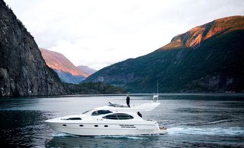 Ansatte fra Sparebank 1 ankommer Valldal med båt. De skal ha to dagers seminar på Juvet landskapshotell.