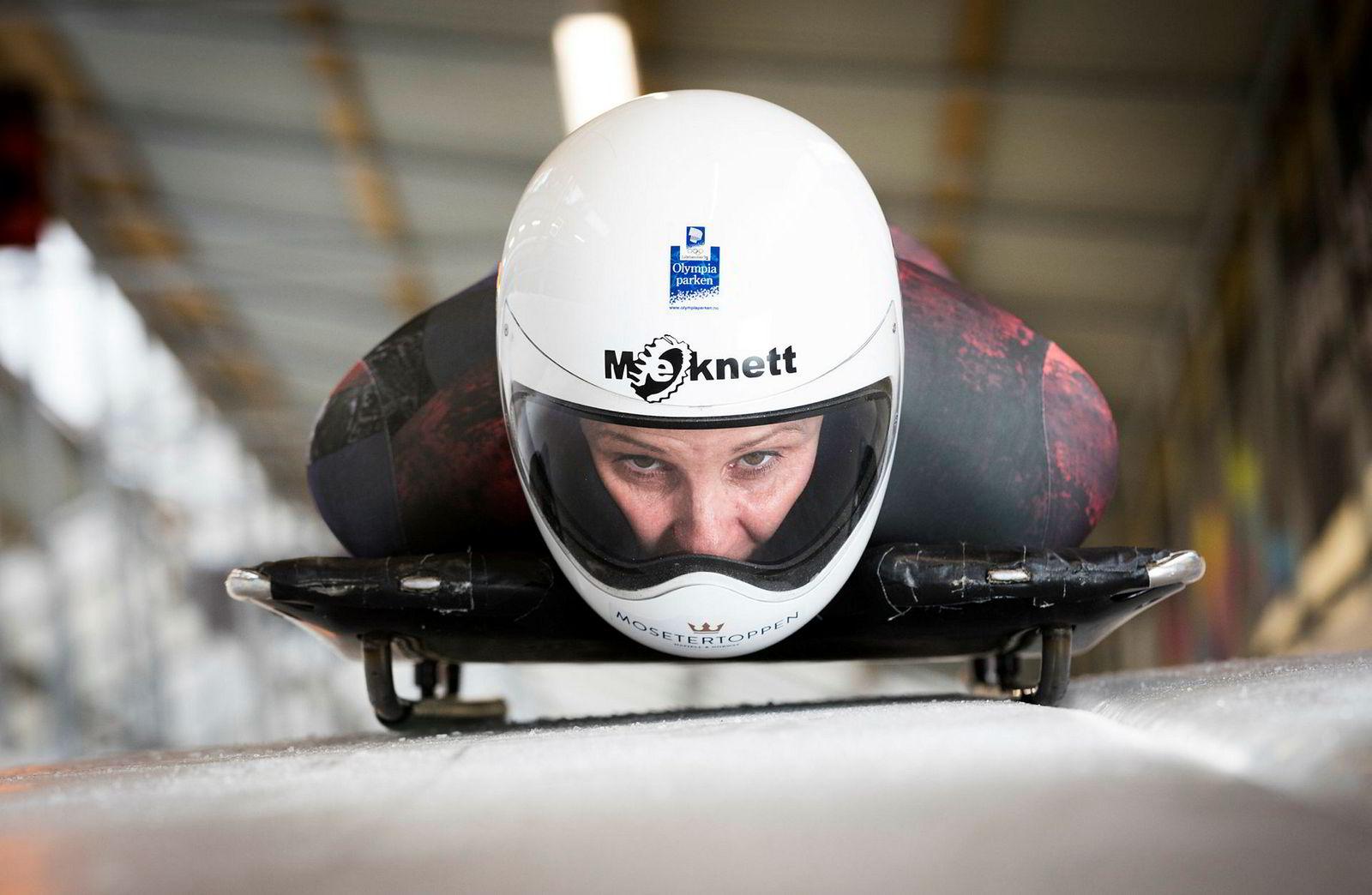 Slik ser det ut når Maya Pedersen ligger på skeleton-kjelken og farer nedover banen med hodet først og ansiktet noe få centimeter over isen. Styrebevegelsene må gjøres på hundredelet riktig.