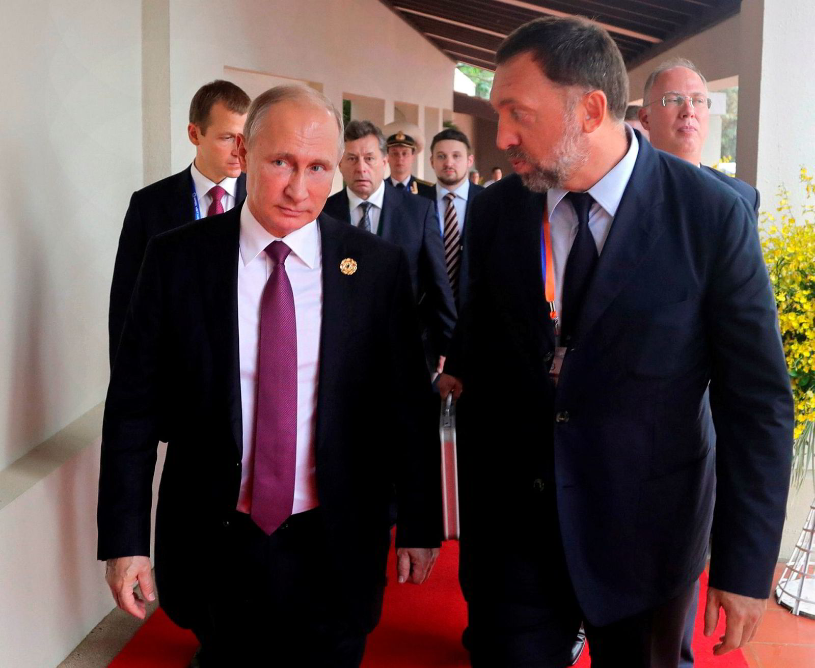 Oligarken Oleg Deripaska (til høyre) regnes for å ha tette bånd til Kreml og president Vladimir Putin. Her under et besøk i Vietnam i november 2017.