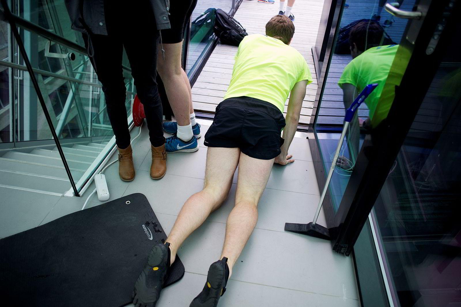 TOK UT ALT: Deltagerne i Barcode Challenge ga alt og kollapset nærmest over siste trappetrinn. FOTO: Mikaela Berg
