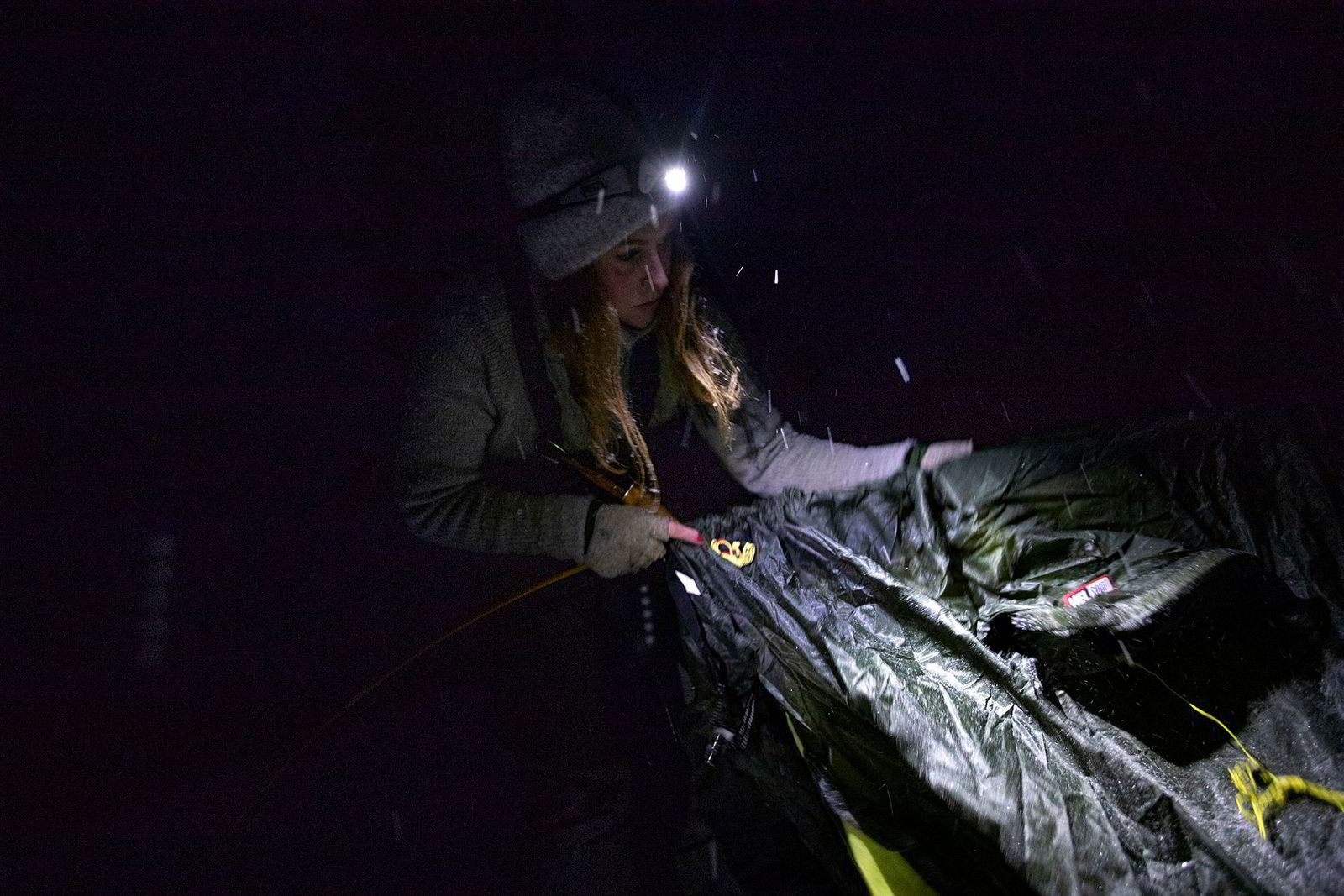 Bodil Gilje har ankommet sin teltplass, og setter opp sin midlertidige bopel i nattemørket.