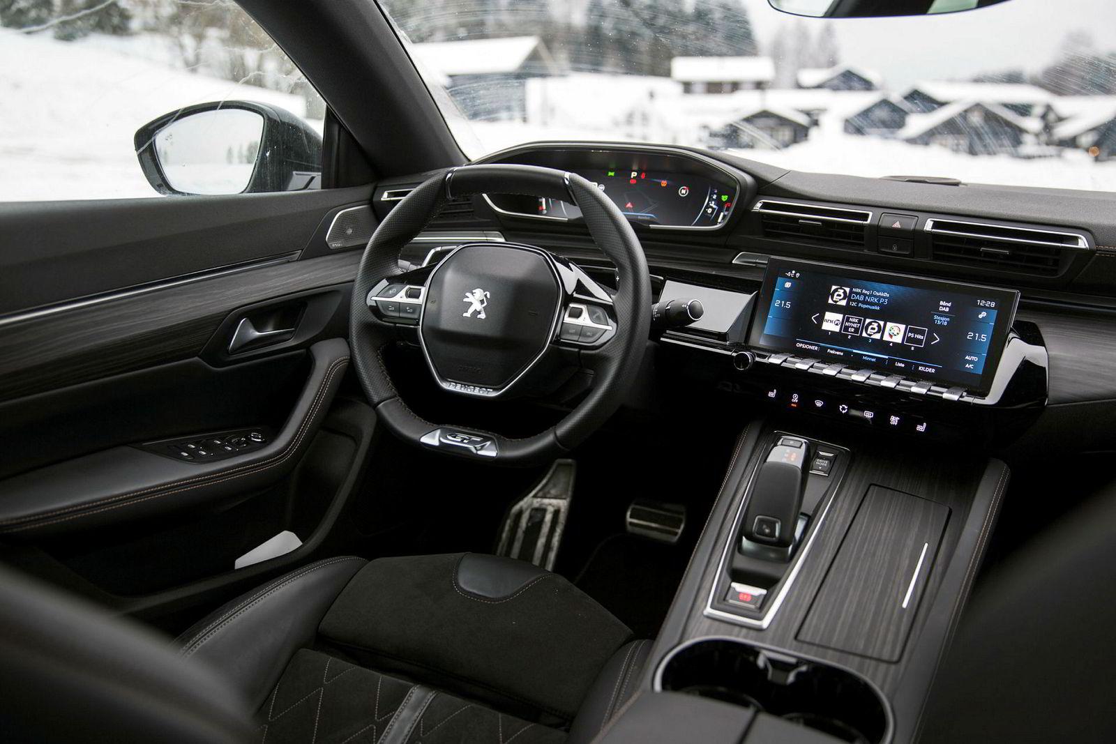 Peugeots i-cockpit er lekker, med det bitte lite rattet i sentrum.