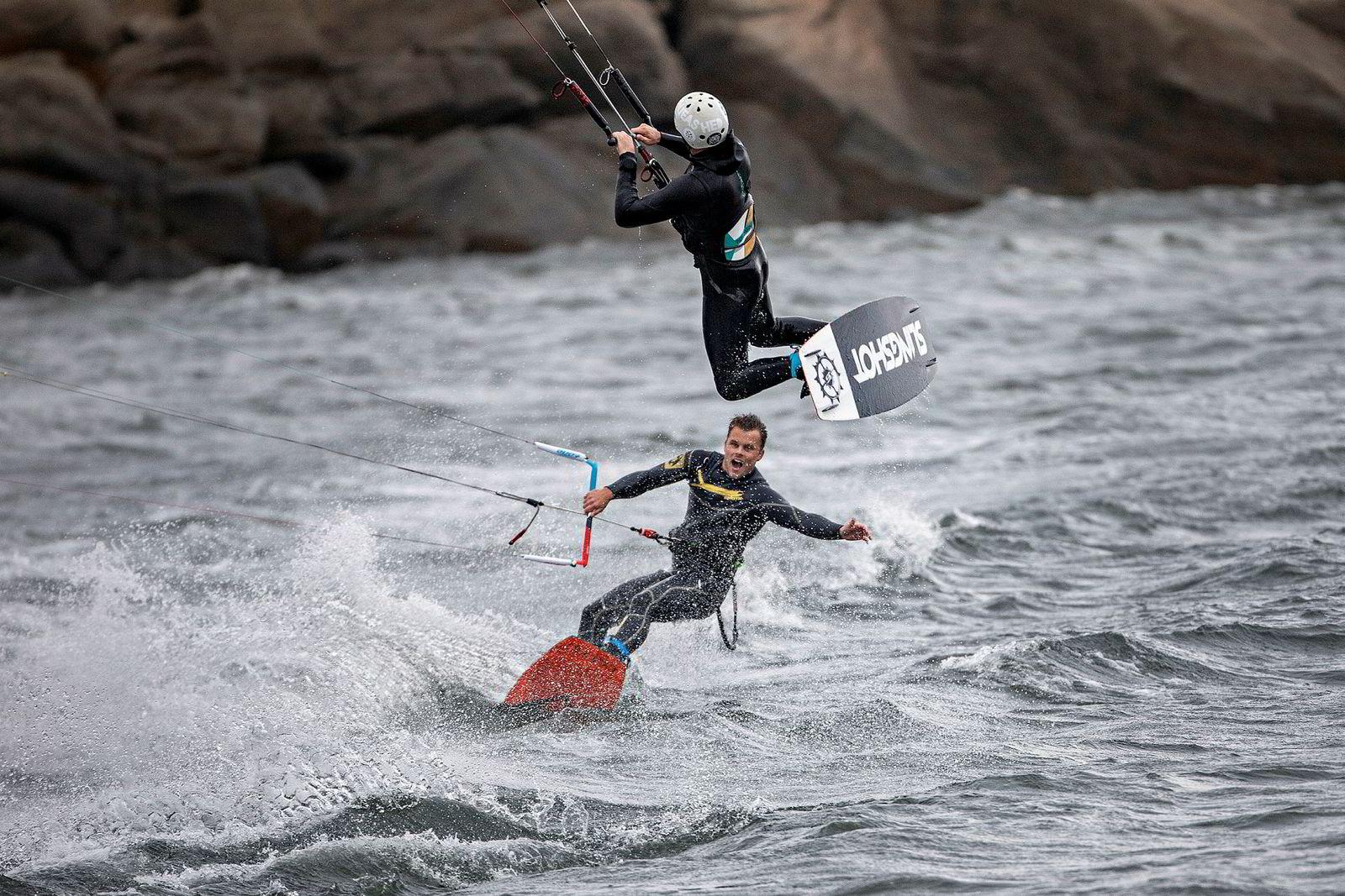 Blaze Coles hopper over linene som går mellom selen og kiten til Preben Rakfjord. Det er stabile forhold for å dra på med triks som krever timing.