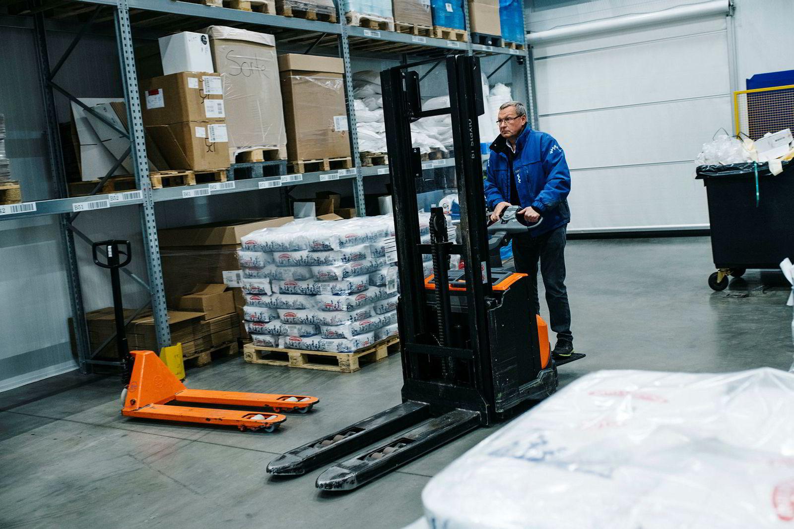 Jan Erik Henriksen, styreleder og eier av Matprodusenten as trår til på lageret når de ansatte har lunsj.