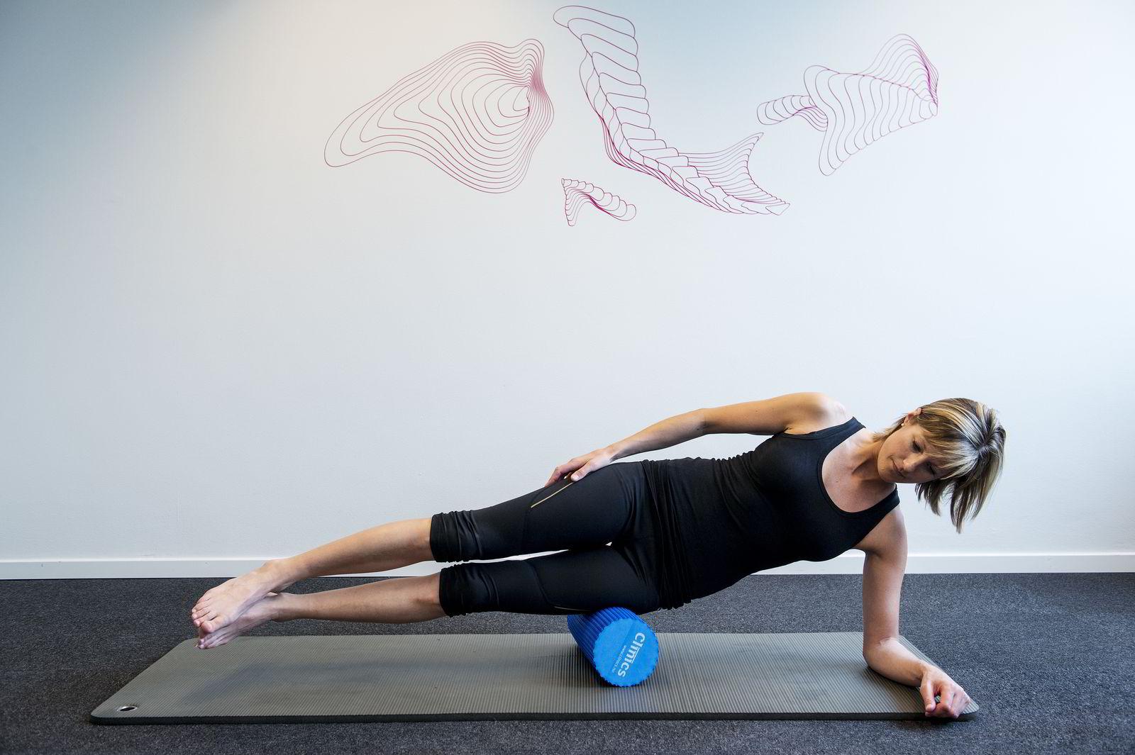 UTSIDE LÅR: Støtt med foten i gulvet og rull hele utsiden fra kne til hofte. Fint for deg som sliter med løpekne.