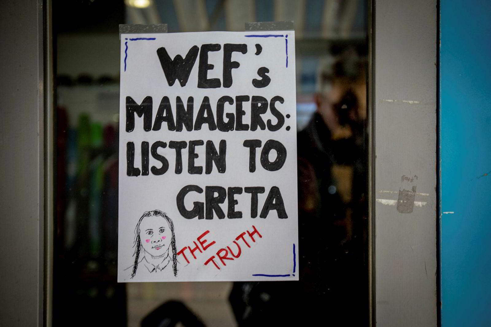 Noen har hengt opp plakater i Davos med skriften «WEFs managers: Listen to Greta – The Truth».