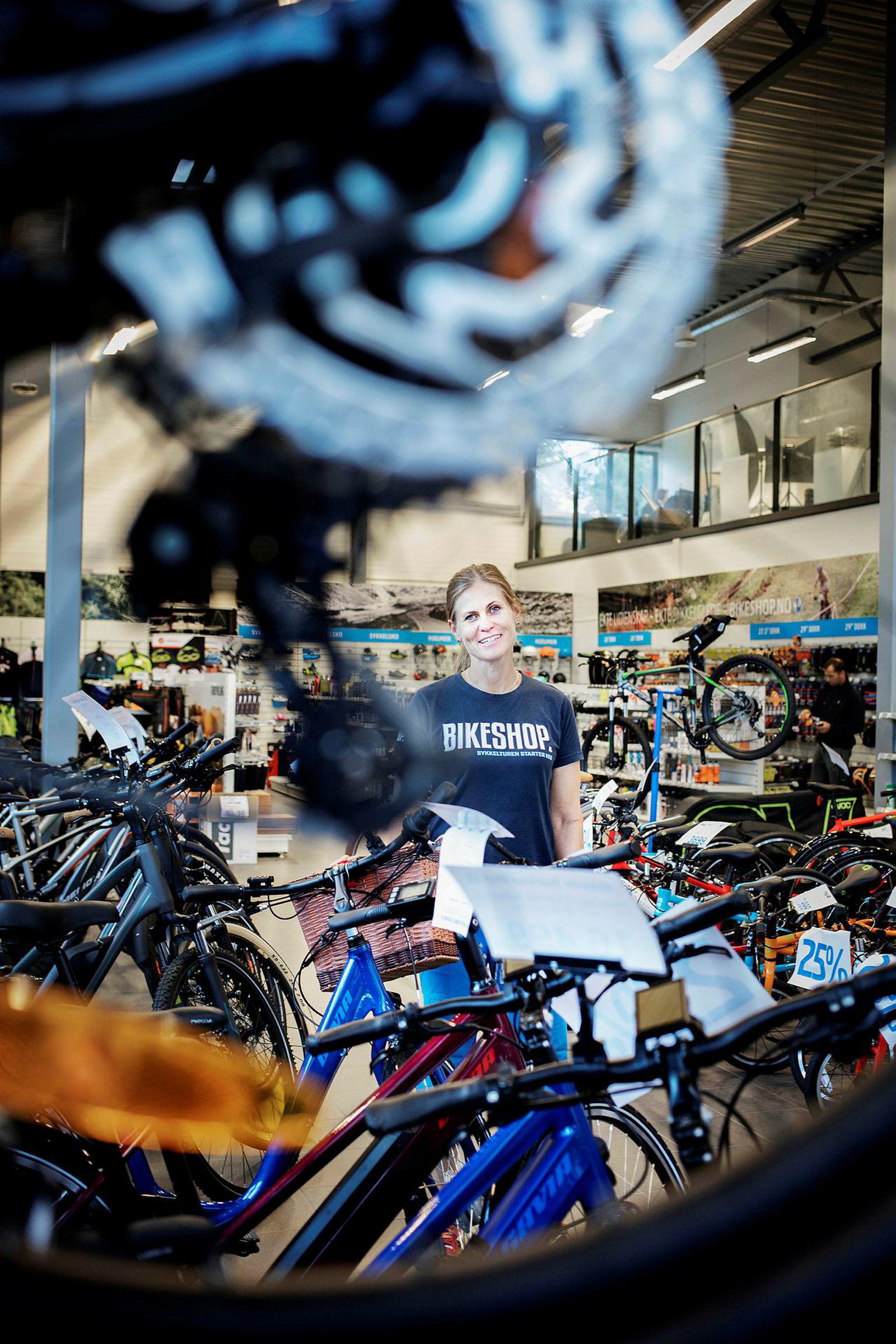 Butikksjef Margareth Steen i Bikeshop merker at det er en nedgang i rittsegmentet, mens andre mens el- og tursykler har en klar oppgang.