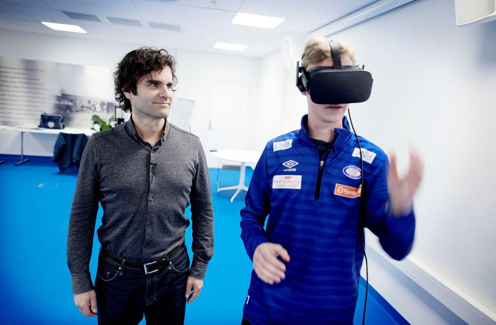 Odd Skarheim (til venstre) passer på når Sakarias Opsahl tar på VR-brillene.