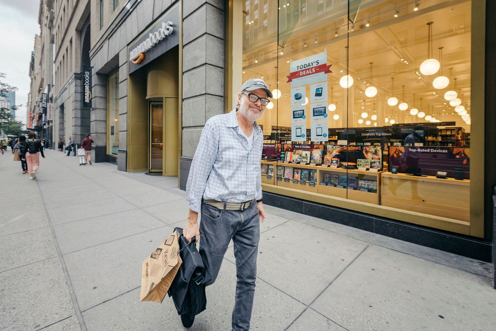 Designer Roger Shepherd har vært innom Amazon Books for å bytte et gammelt Kindle-lesebrett med et nytt. Han foretrekker å snakke med betjeningen, og synes nettet er ensomt.