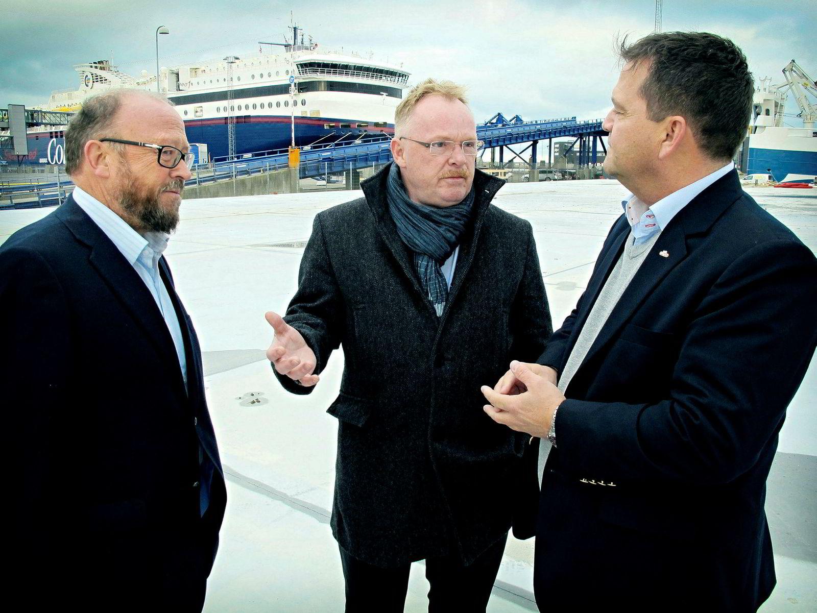 Daværende fiskeriminister Per Sandberg ble orientert om planene til Hav Line av administrerende direktør Carl-Erik Arnesen (til venstre) og Bård Sekkingstad (til høyre) på kaien i Hirtshals i desember 2017.
