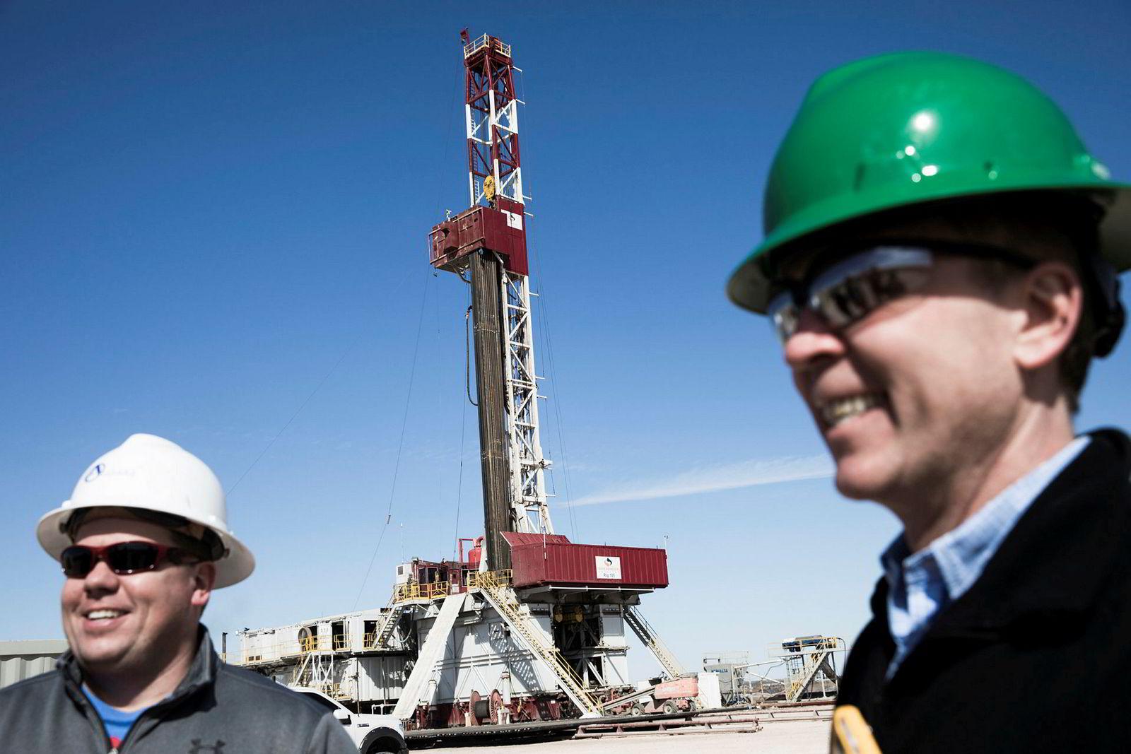 Craig Campbell (til venstre) fra Altitude Energy Partners er en av kundene Håkon Skjelvik fra norske Tomax tjener gode penger på. Her fra et oljefelt i Midland i Texas.