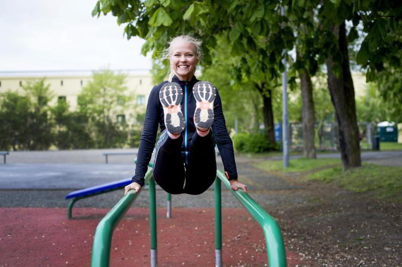 TUNGT KNELØFT: I den tyngre versjonen av kneløft skal du løfte - og holde kroppen oppe.