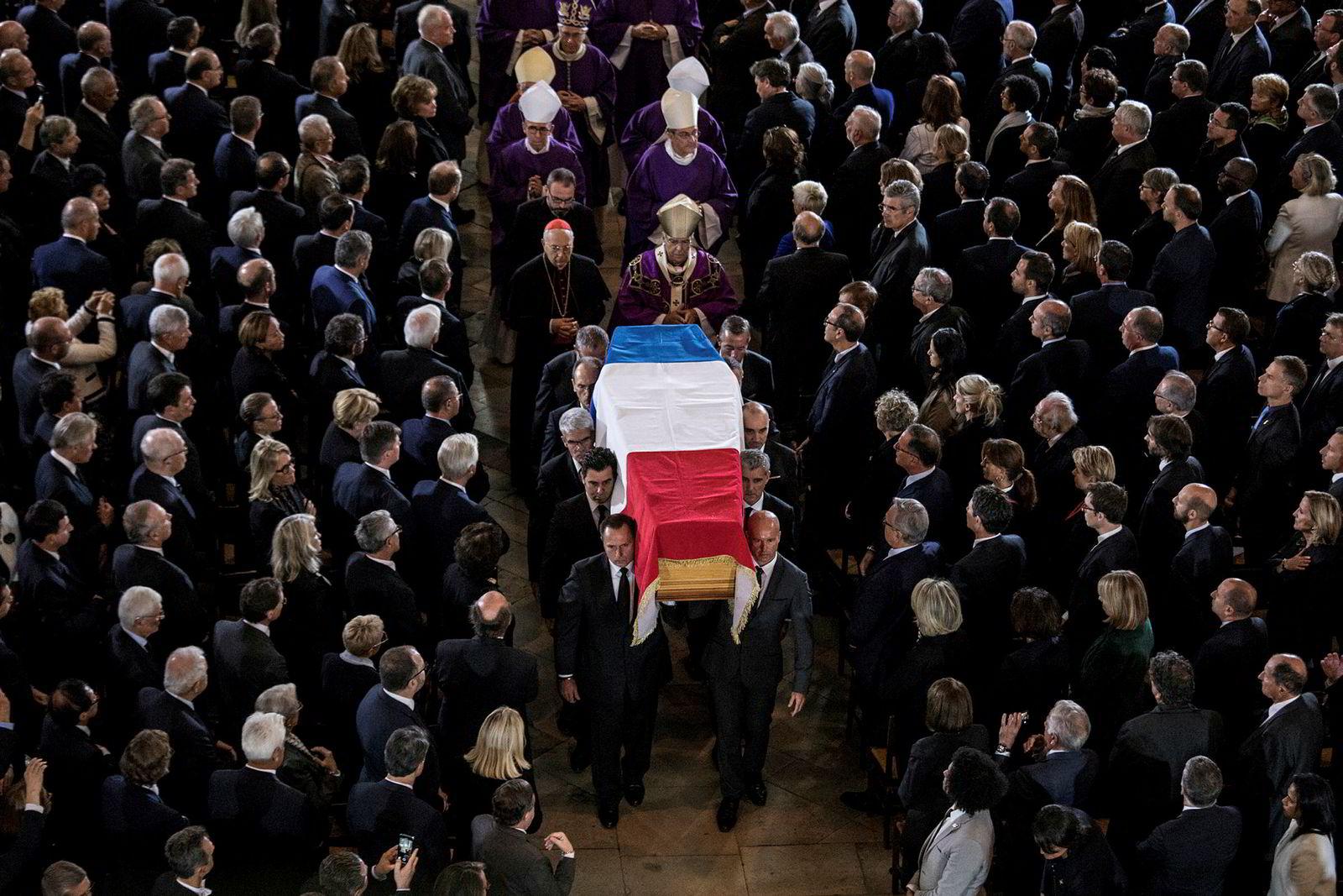 Den tidligere presidenten for Frankrike, Jacques Chirac, som døde i en alder av 86 år, ble begravd på Montparnasse-kirkegården i Paris mandag.