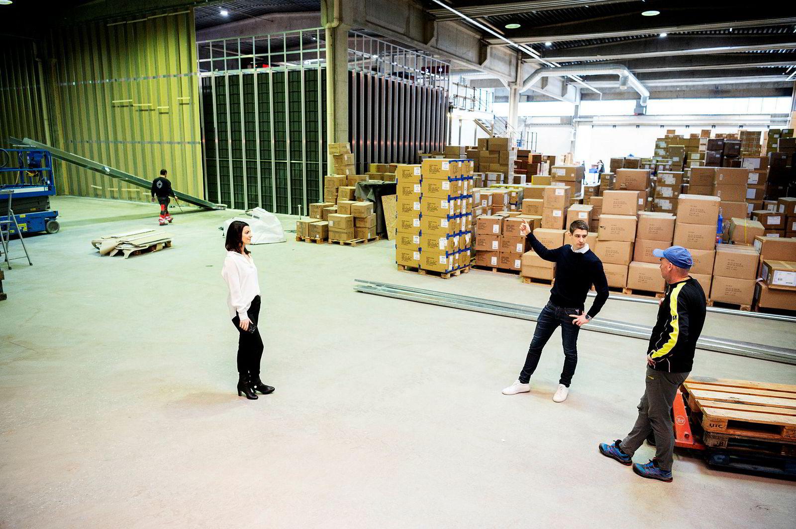 – Her kan vi utvide lageret, sier daglig leder Sindre Landevåg i Get Inspired (i midten) om selskapets lokaler i Fossegrenda ved Trondheim. Til venstre, gründer og forretningsutvikler Silje Landevåg.