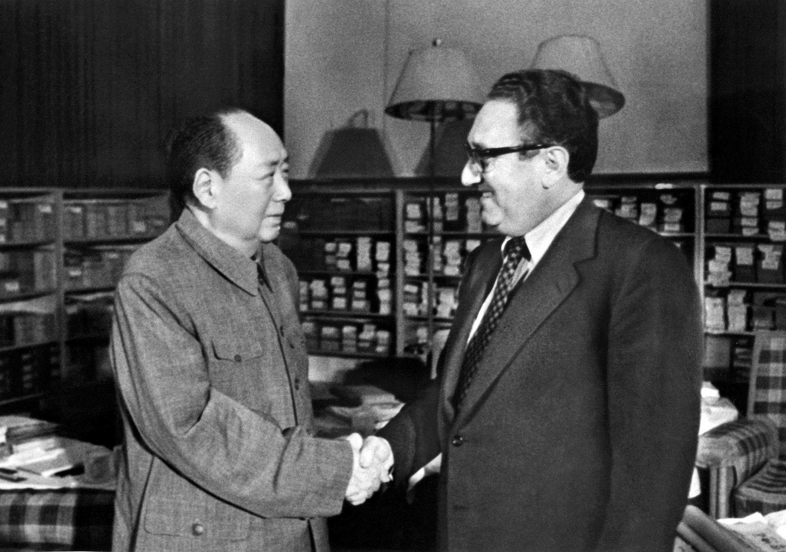 Henry Kissinger har en rekke ganger vært i Beijing for å forhandle. Her møter han formann Mao Zedong 24. november 1973.