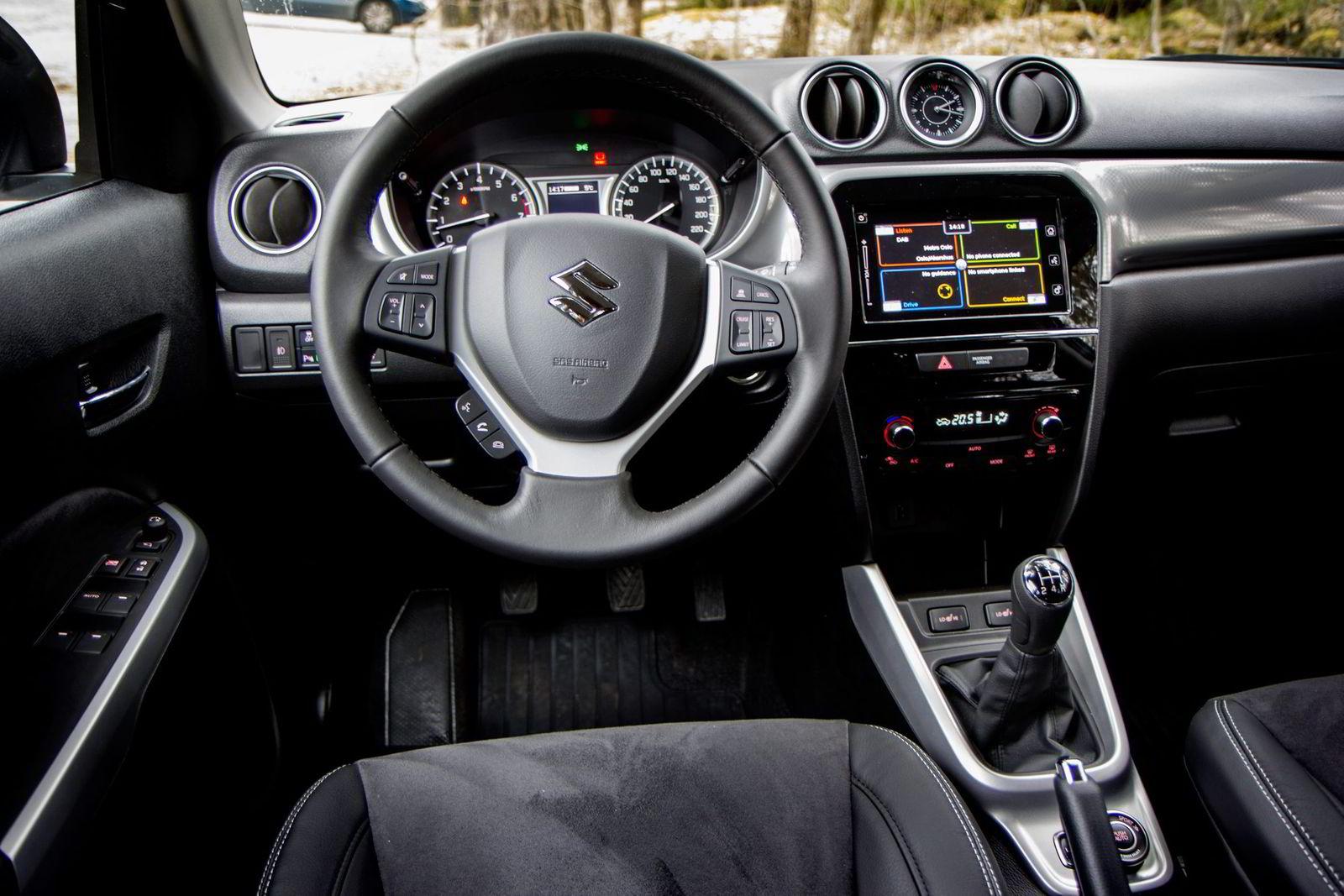 Vitara er en billig bil, noe som merkes godt på interiøret.