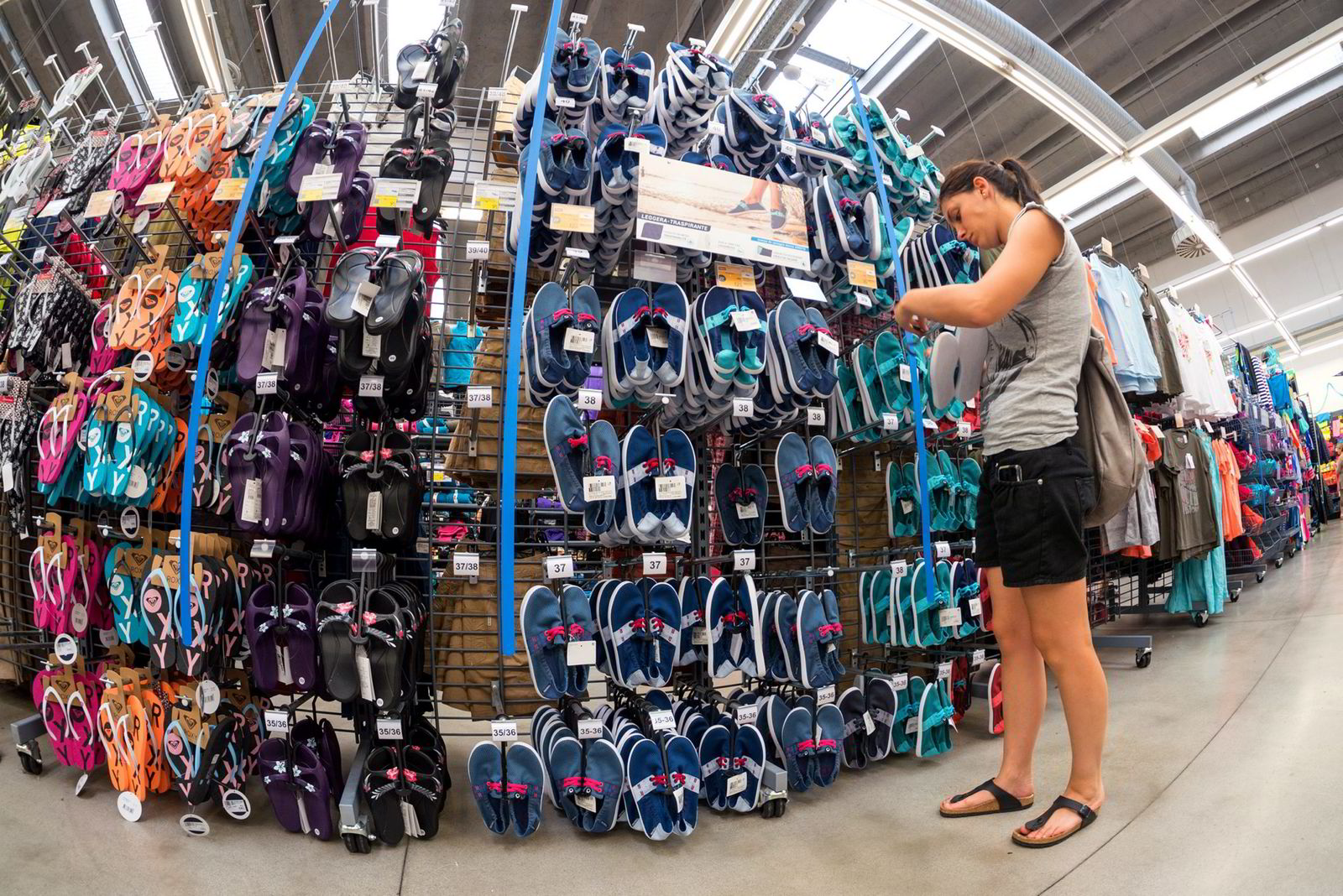 Verdens største sportskjede har etablert nettbutikk i Norge. Her fra Decathlons butikk i Bologna i Italia.