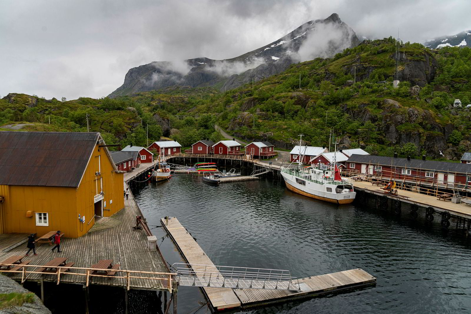 I år kan det kun komme to busslaster om dagen til Nusfjord, fiskeværet med 30 fastboende.