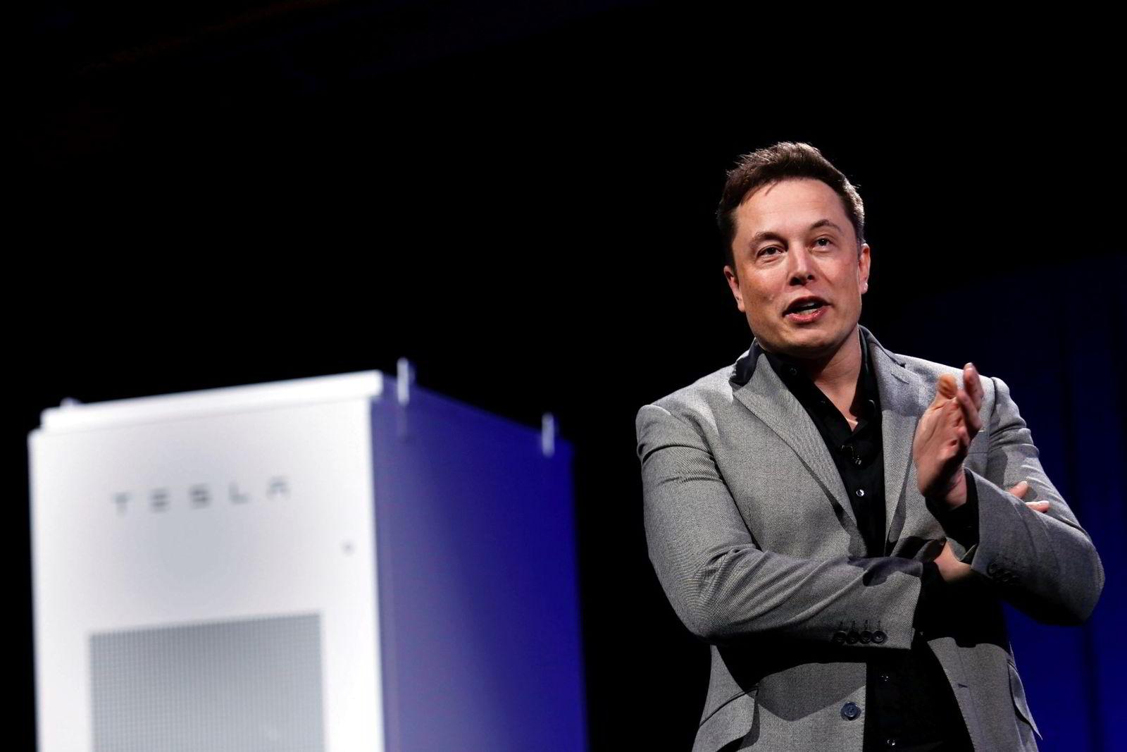 Tesla-sjefen Elon Musk (44). Her fra da han ifjor presenterer selskapets nye hjemmebatteri, Powerwall, som skal kunne lade Teslaen – ved hjelp av solceller. Foto: Patrick T. Fallon/Reuters/NTB scanpix