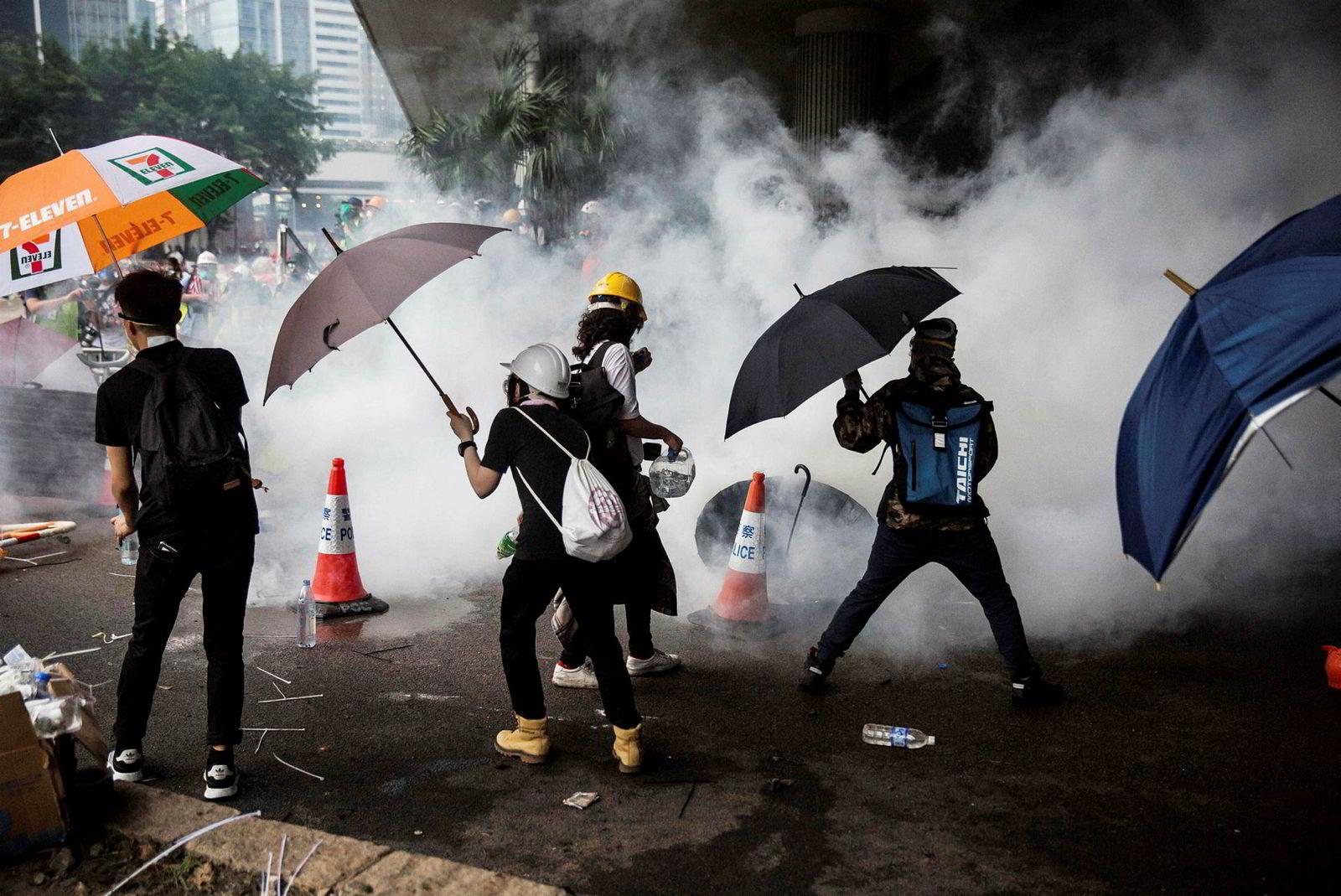 Politiet svarte med tåregass da demonstranter forsøkte å ta seg inn i bygningen som huser den lovgivende forsamlingen i Hongkong sentrum.