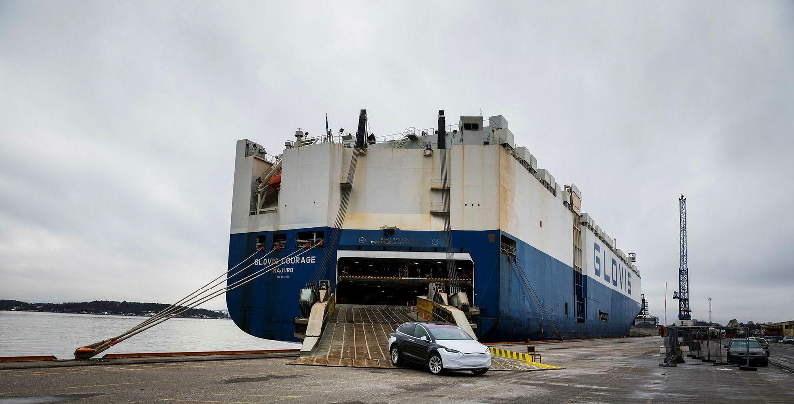 Denne gangen er bilfrakteskipet «Glovis Courage» lastet med 1305 Teslaer. Flere er ventet med et nytt skip i neste uke.