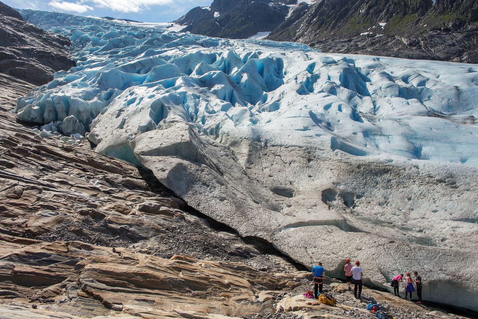Familien Norbotten gjør seg klar til å stige opp på Svartisen med Øyvind Gjersvik fra Meløy Adventure.