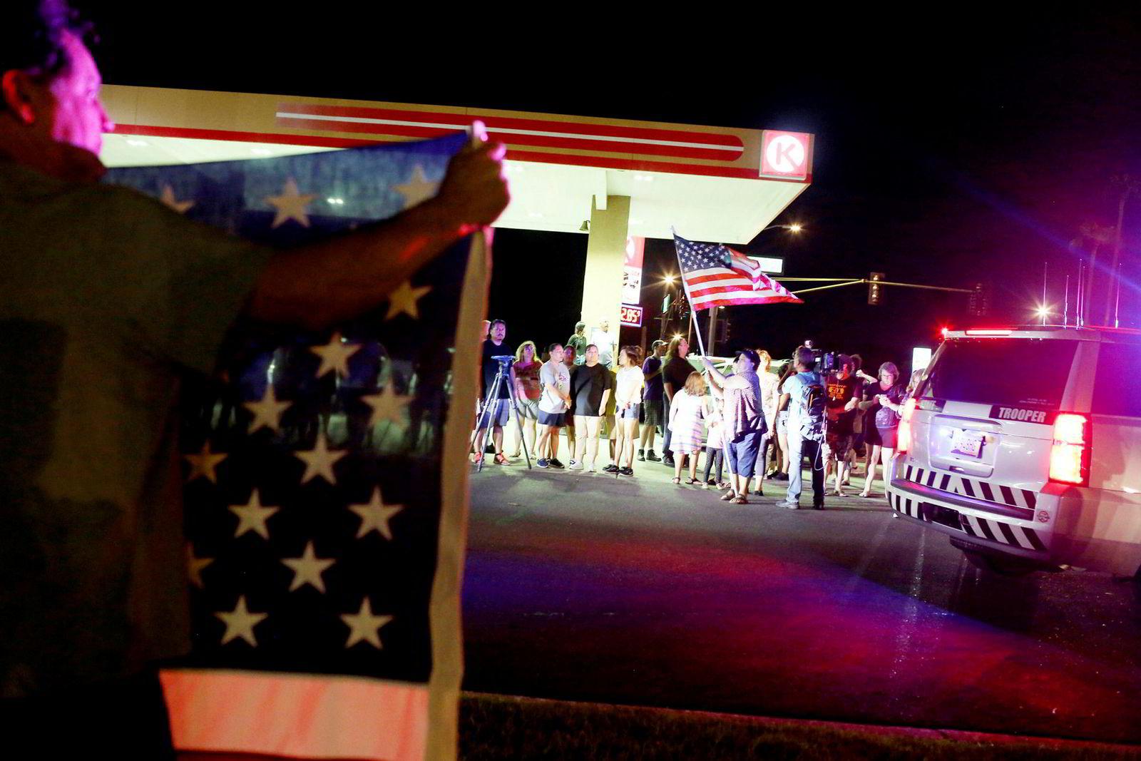 Sørgende tok til gatene i Phoenix i John McCains hjemstat Arizona da dødsfallet ble kjent.