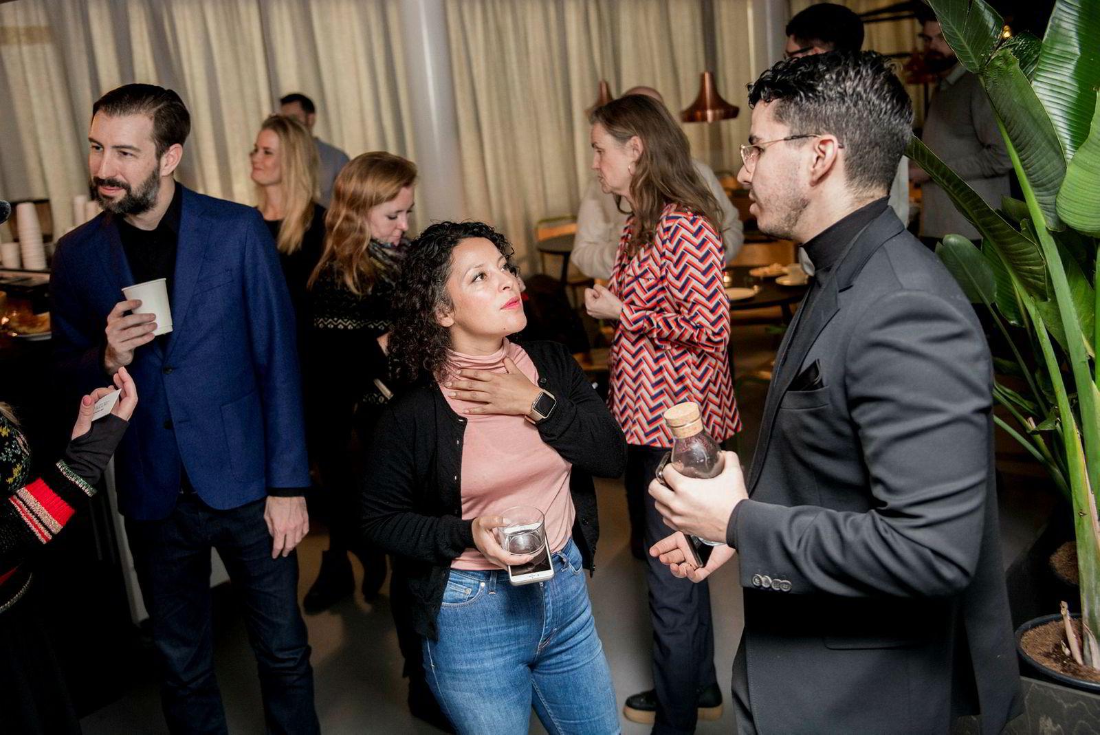 Ida Faldbakken fra Katapult Future Fest, i samtale med partner Nassir Achour i Trigger x. Til venstre: Investor og gründer Sean Percival, som også er en del av «Folk».