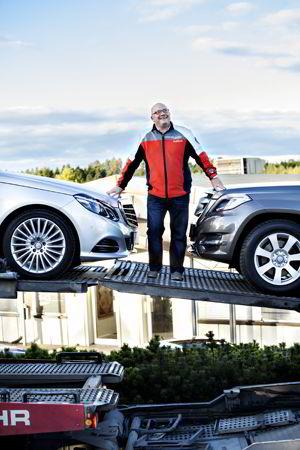 Kjetil André Grydeland tar i mot nye Mercedes-modeller.