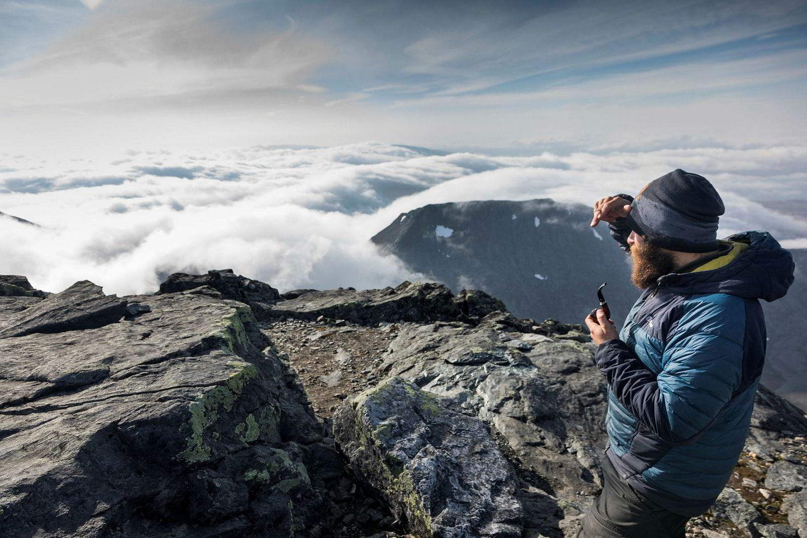 Etter å ha gått østover mot svenskegrensen skal turen videre nordover gjennom Nord-Trøndelag. Hvor langt de kommer før snøen laver ned er et helt åpent spørsmål. Helstrup nyter pipetobakken på toppen av Storsylen.