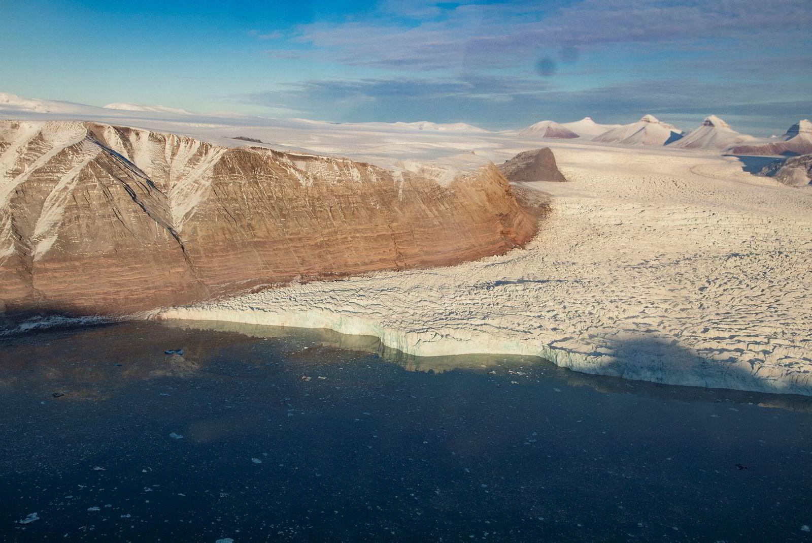 En av de store breene som kalver ut i Kongsfjorden ved Ny-Ålesund på Svalbard. Isbreer krymper og mister masse over hele Svalbard, hvor klimaendringene går raskere enn noe annet område på kloden.